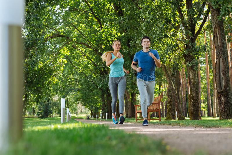 Pares aptos do positivo feliz que fazem cardio- atividades foto de stock royalty free