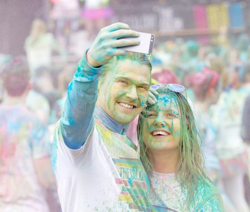 Pares apuestos que toman un selfie fotografía de archivo libre de regalías