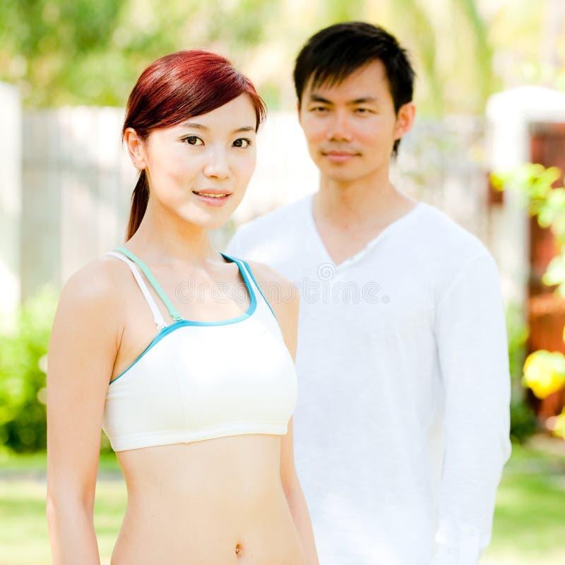 Pares asiáticos ao ar livre foto de stock royalty free