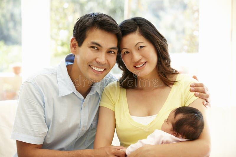 Pares asiáticos con el bebé fotos de archivo