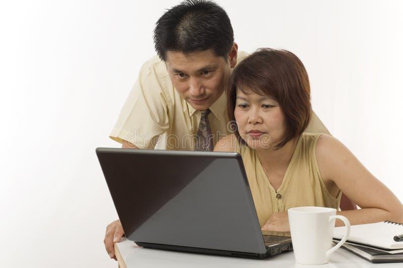 Pares asiáticos con el ordenador foto de archivo libre de regalías