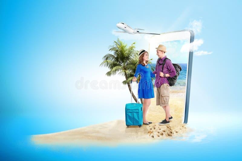 Pares asiáticos con la situación del bolso y de la mochila de la maleta en la playa imagenes de archivo