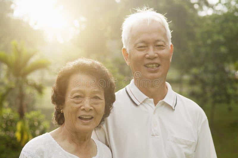 Pares asiáticos de los mayores en el parque de naturaleza fotos de archivo libres de regalías
