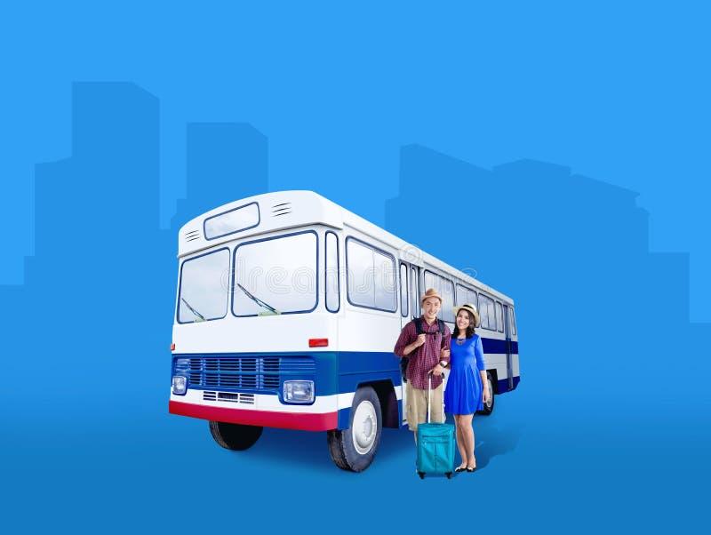 Pares asiáticos en sombrero con la situación del bolso y de la mochila de la maleta al lado del autobús fotografía de archivo