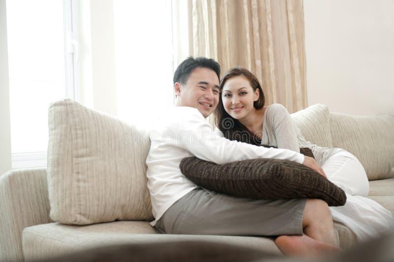 Pares asiáticos felices fotos de archivo