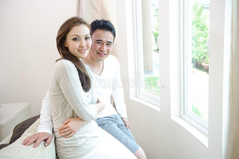 Pares asiáticos felices imagenes de archivo