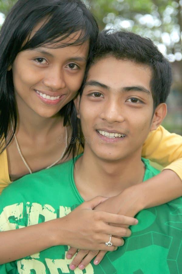 Pares asiáticos felices jovenes foto de archivo