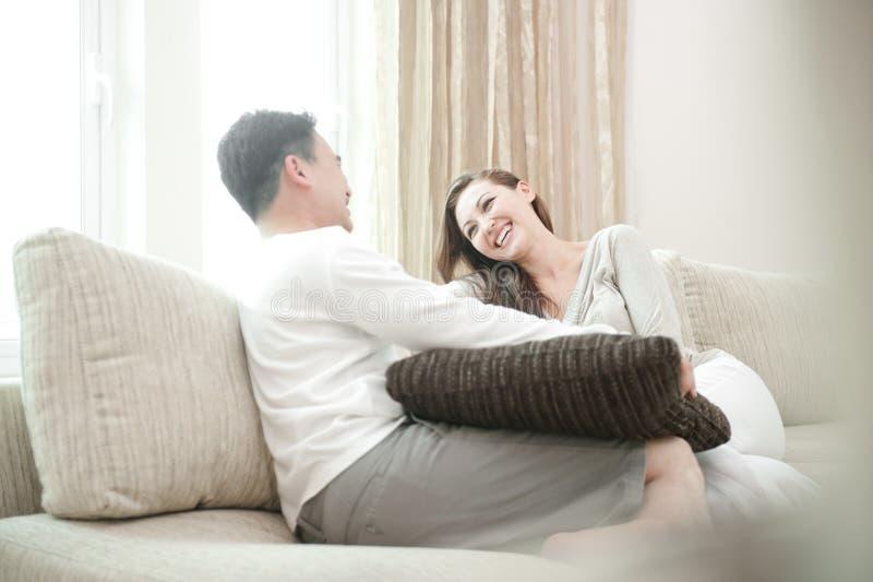 Pares asiáticos felizes foto de stock royalty free