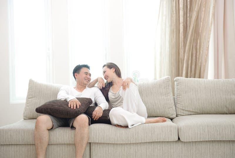 Pares asiáticos felizes fotos de stock