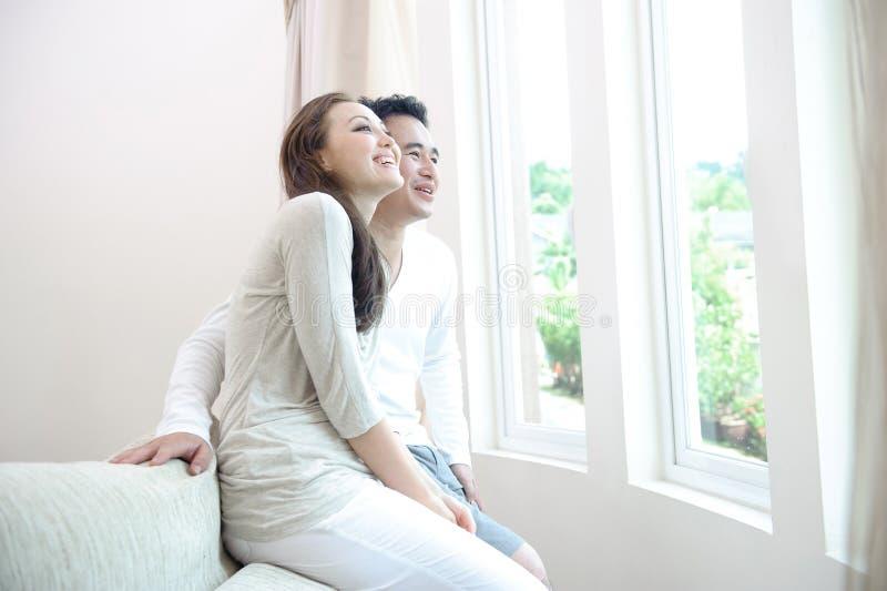 Pares asiáticos felizes imagens de stock