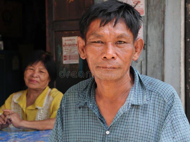 Pares asiáticos idosos na cidade do degradado de Banguecoque imagem de stock royalty free