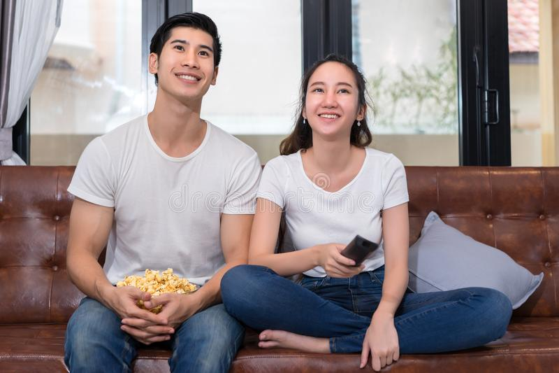 Pares asiáticos jovenes del hombre y de la mujer junto fotos de archivo