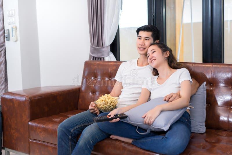 Pares asiáticos jovenes del hombre y de la mujer junto imagen de archivo libre de regalías
