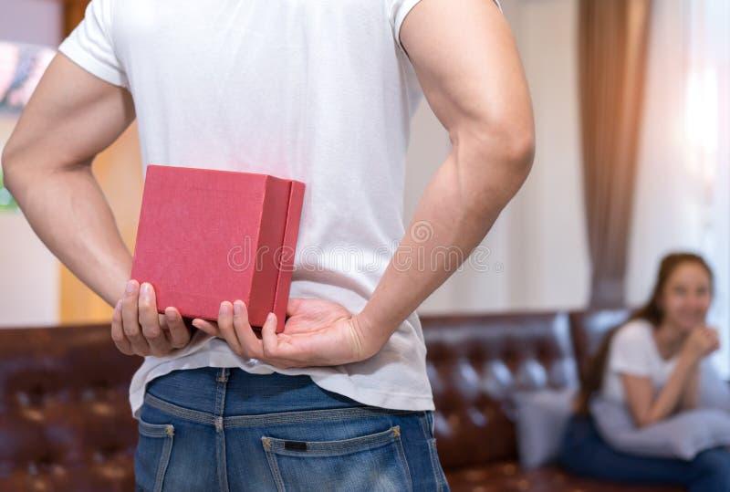 Pares asiáticos jovenes junto, sorpresa de la tenencia de la piel del hombre imagen de archivo libre de regalías