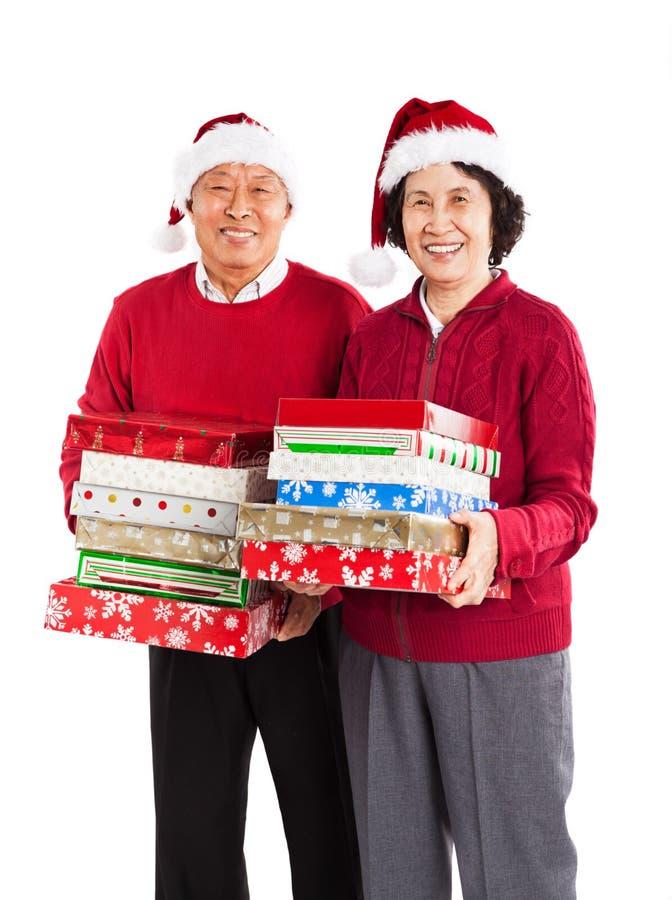 Pares asiáticos mayores que celebran la Navidad fotos de archivo libres de regalías