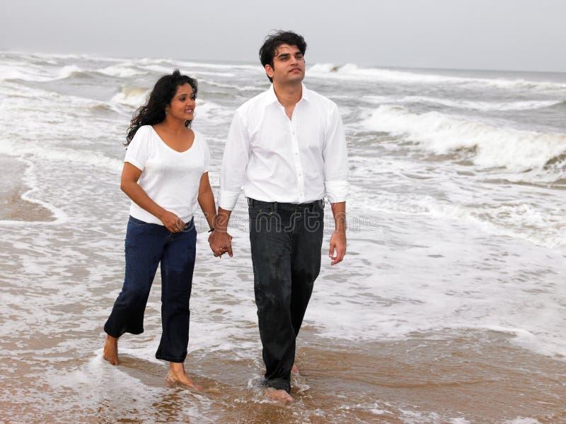 Pares asiáticos na costa de mar foto de stock royalty free