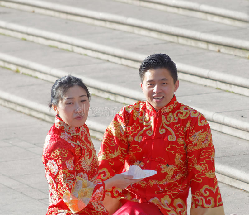 Pares asiáticos na roupa tradicional que come o café da manhã foto de stock royalty free