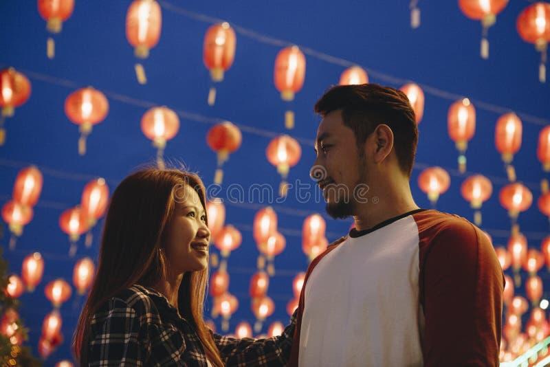 Pares asiáticos no festival chinês fotografia de stock