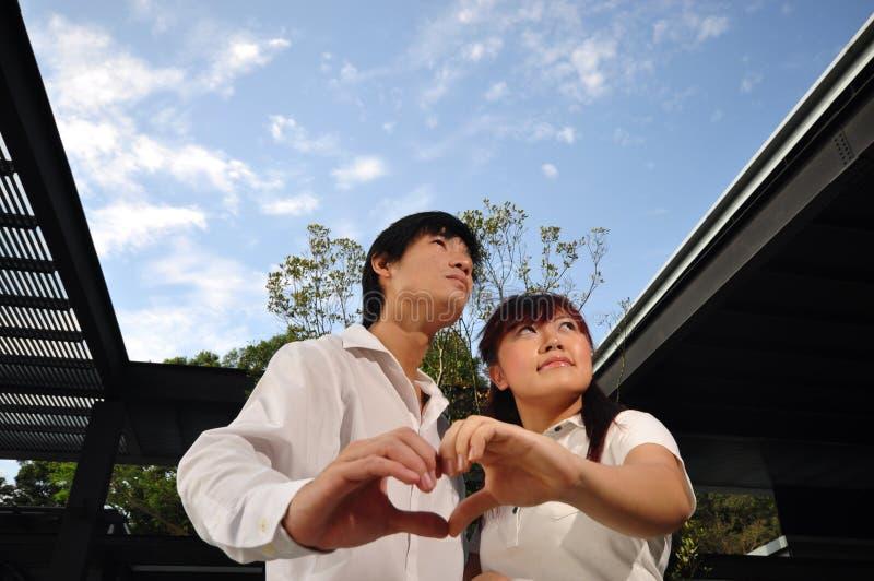 Pares asiáticos novos no amor (iii) fotografia de stock