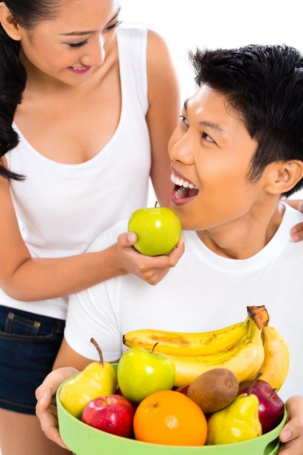Pares asiáticos que comem - vida saudável fotografia de stock