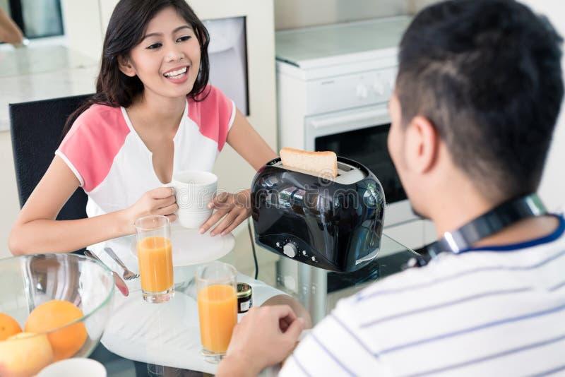 Pares asiáticos que desayunan fotos de archivo