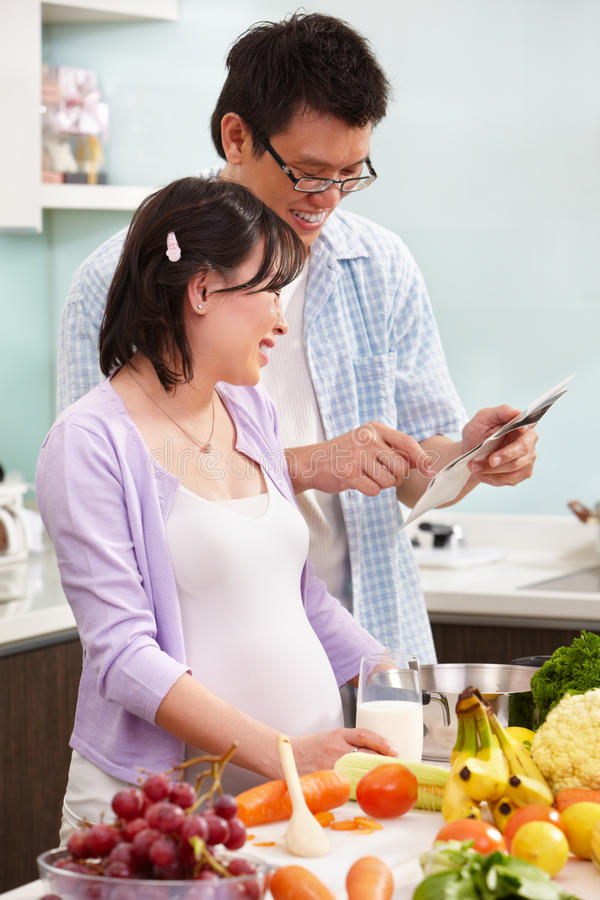 Pares asiáticos que olham o retrato do feto de USG imagem de stock royalty free