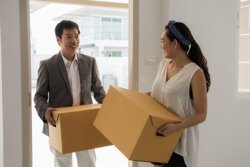 Pares asiáticos que se mueven a la nueva casa imagenes de archivo