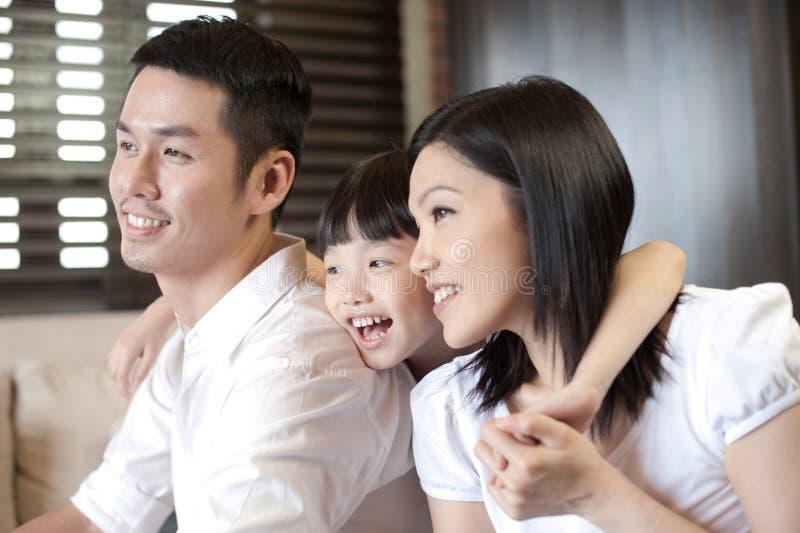 Pares asiáticos que sorriem com uma filha imagens de stock