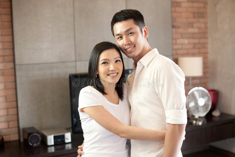 Pares asiáticos que sorriem junto fotografia de stock royalty free