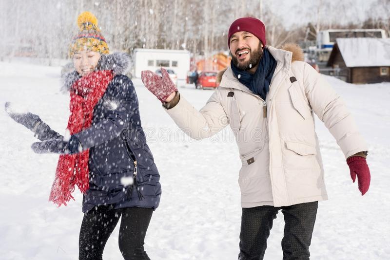 Pares asiáticos que têm o divertimento no inverno fotografia de stock royalty free