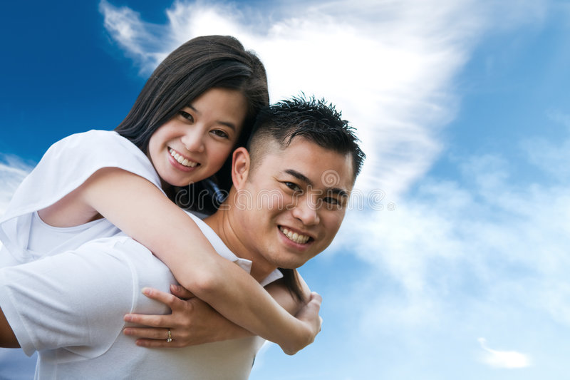 Pares asiáticos románticos fotos de archivo