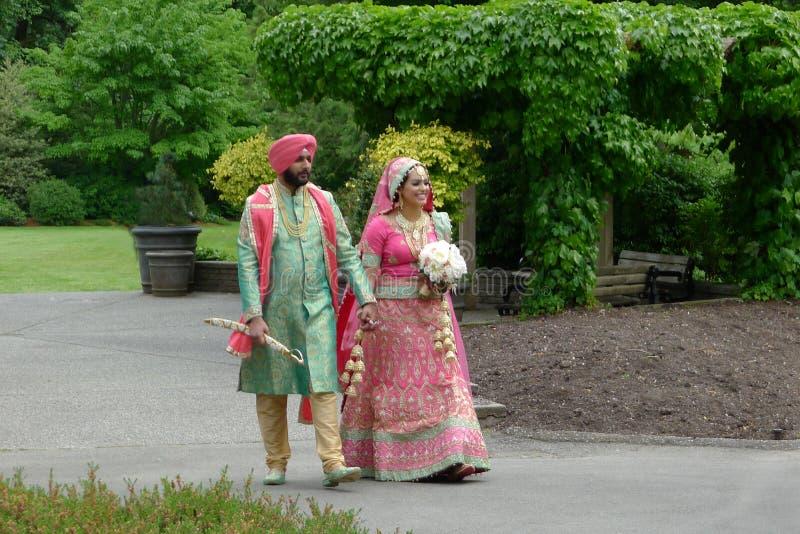 Pares asiáticos sul no vestuário do casamento fotos de stock