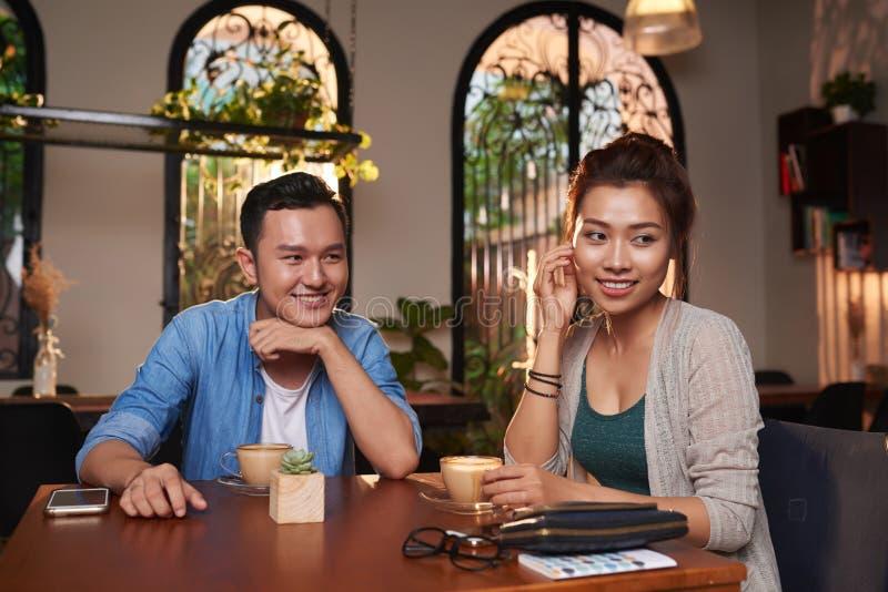 Pares asiáticos tímidos na data foto de stock