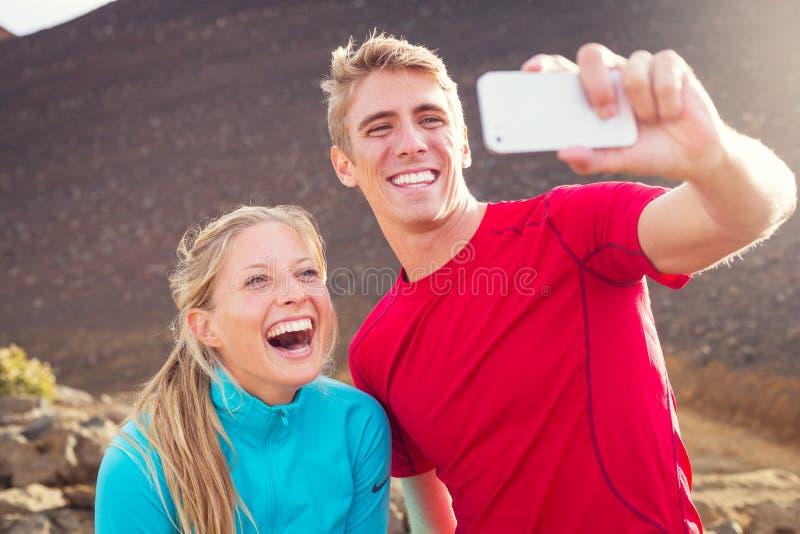 Pares atléticos atractivos jovenes que toman la foto imagenes de archivo