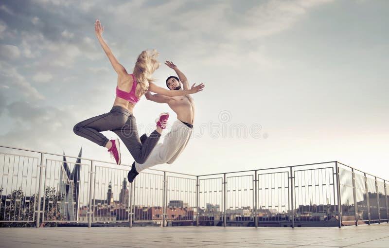 Pares atléticos durante o treinamento do salto fotografia de stock royalty free