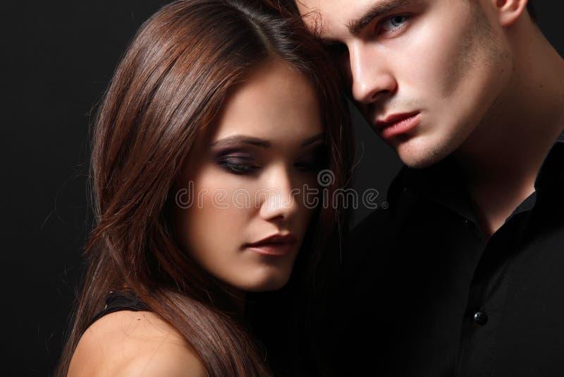 Pares atractivos de la pasión, hombre joven hermoso y primer de la mujer imágenes de archivo libres de regalías