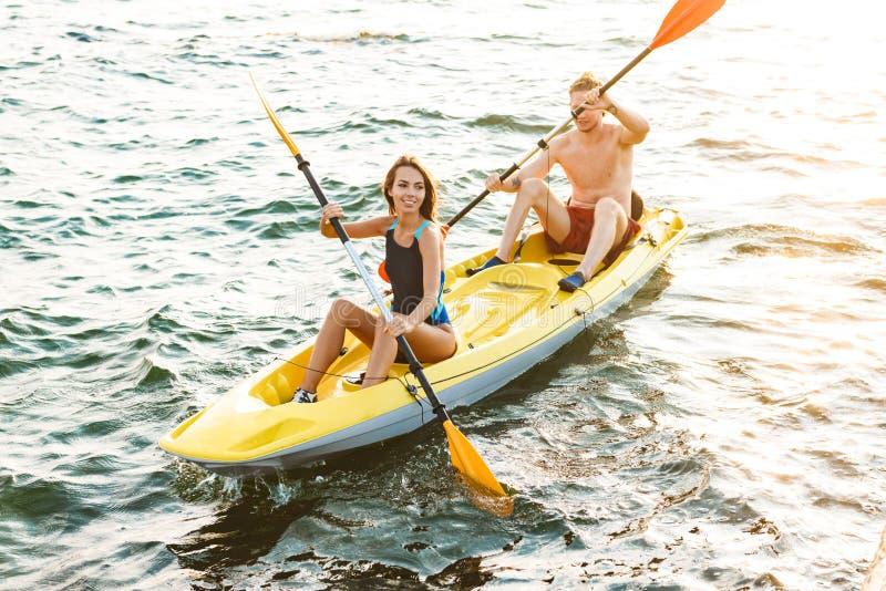Pares atractivos deportivos kayaking fotografía de archivo
