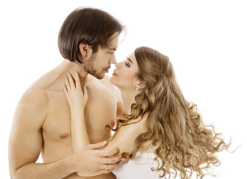 Pares atractivos, hombre desnudo joven que besa a la mujer hermosa, beso del amor imagenes de archivo