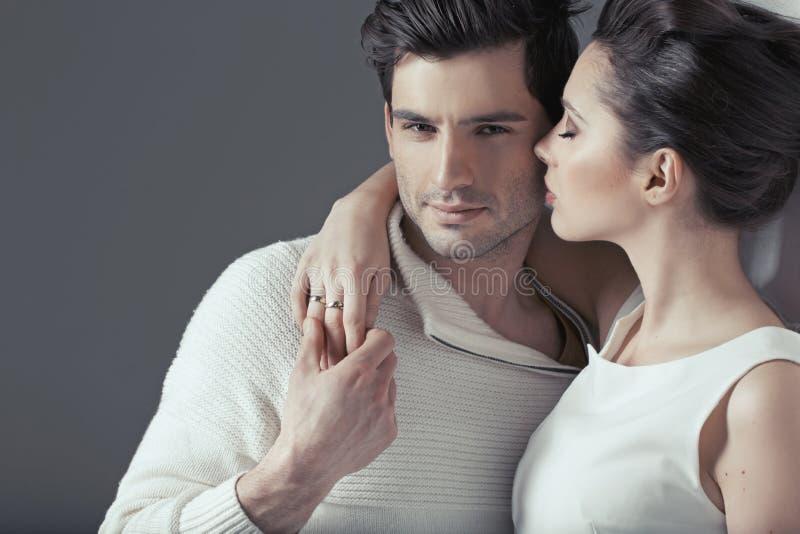 Pares atractivos jovenes en abrazo sensual imagen de archivo
