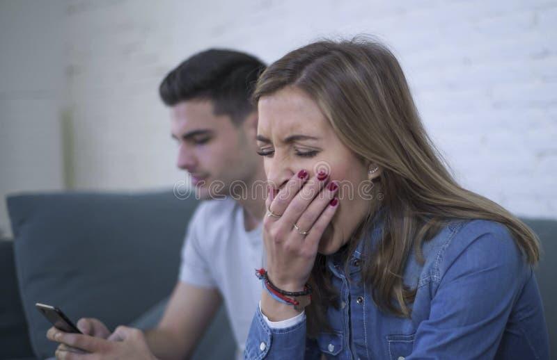 Pares atractivos jovenes en problema de la relación con el novio del apego del teléfono móvil de Internet que ignora soldado enro imágenes de archivo libres de regalías