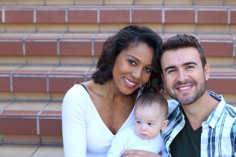 Pares atractivos jovenes felices de la raza mixta foto de archivo