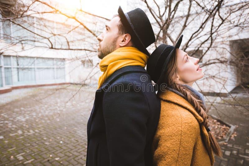 pares atractivos jovenes que se colocan de nuevo a la parte posterior en frente fotografía de archivo libre de regalías