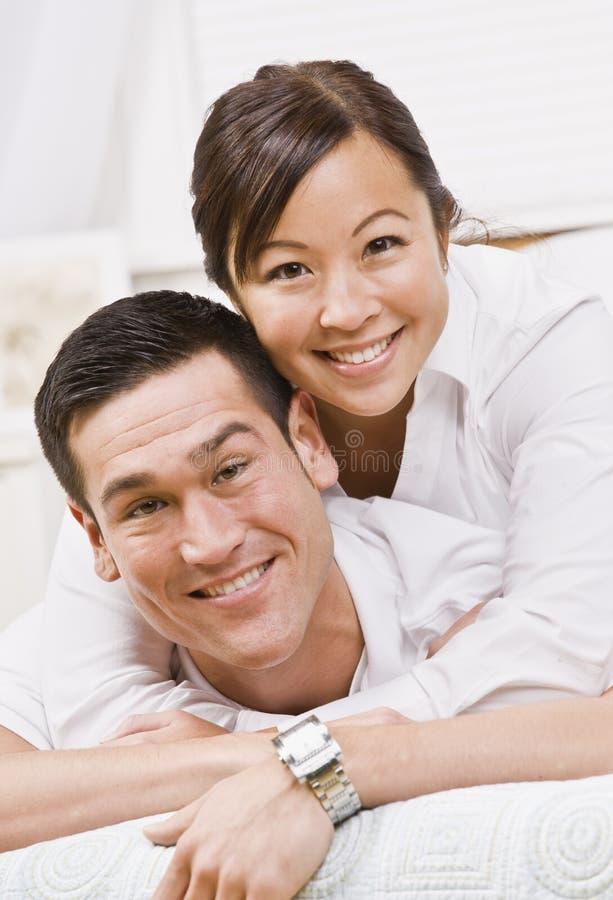Pares atractivos que abrazan y que sonríen fotografía de archivo libre de regalías