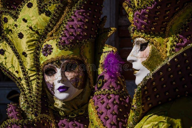 Pares atractivos y románticos con el traje y máscara veneciana durante el carnaval de Venecia foto de archivo libre de regalías