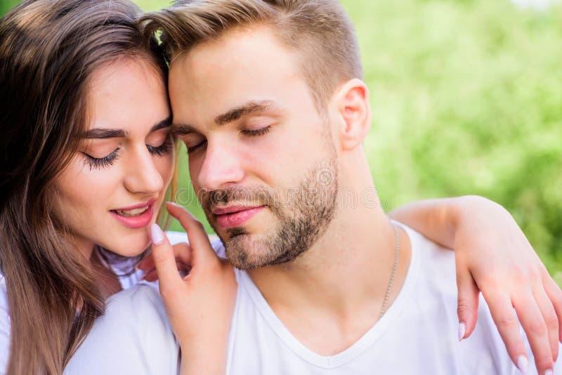 Pares atrativos Atra??o sexual Relaxamento com amor Amantes que afagam Pares no amor Confiança e intimidade fotografia de stock royalty free