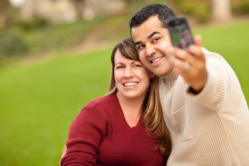 Pares atrativos da raça misturada que tomam retratos do auto fotos de stock royalty free