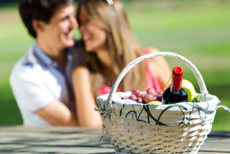 Pares atrativos no piquenique romântico no campo imagens de stock