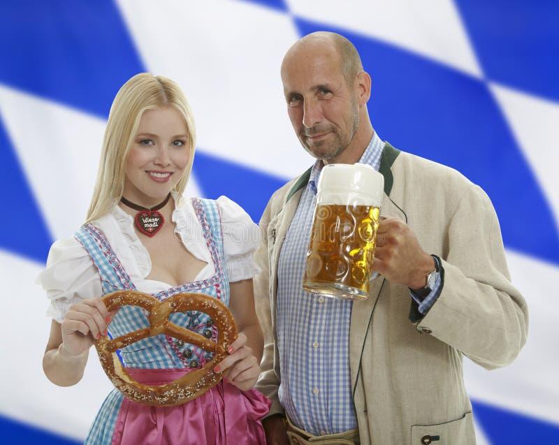 Pares bávaros de Oktoberfest imagen de archivo