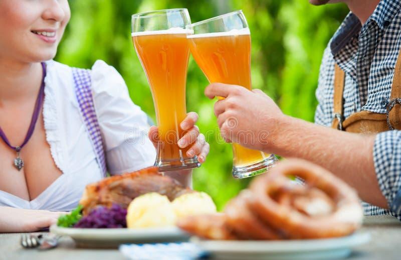 Pares bávaros de sorriso em Oktoberfest imagem de stock royalty free