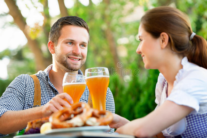 Pares bávaros de sorriso em Oktoberfest fotos de stock